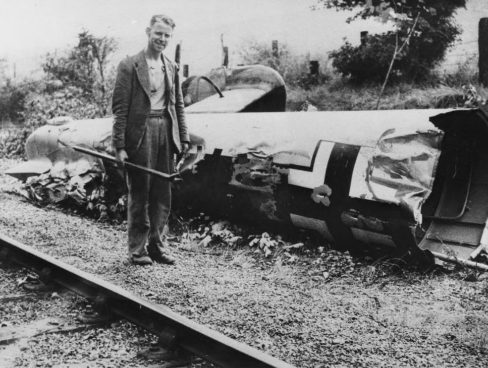 Do 17 U5+KA tail by the side of the Elham Valley Railway. A worker with a fishplate spanner stands beside it.
