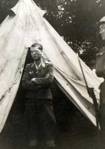 Johan Böhm under guard at Broome Park, August 1940